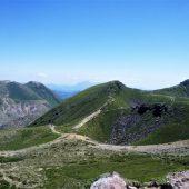 大分、九重山頂近くから三俣山を臨む