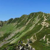長野、仙丈ケ岳山頂を仰ぐ